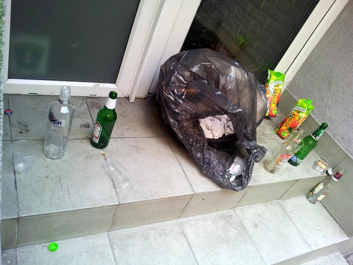 Randki ze starymi butelkami z alkoholem