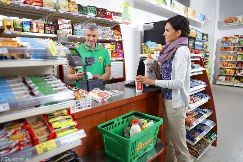 e0705116c W minionym tygodniu sieć Żabka ogłosiła, że jej sklepy działają jako punkty  pocztowe, a w związku z tym mogą być otwarte w niedziele wolne od handlu.